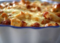 Detta behöver du till pajen : 3 dl vetemjöl 125 gram rumsvarmt smör 2 msk kallt vatten Fyllningen : 400- 450 gram kycklingfile 2 pkt bacon 3-4 dl creme fraiche ( fetthalt 34 % ) 2 msk chilisås 100 gram valfri creme bounjour ost Salt & peppar 1 dl riven … Läs mer Creme Fraiche, Pulled Pork, Macaroni And Cheese, Bacon, Chicken Recipes, Pizza, Food Porn, Brunch, Yummy Food