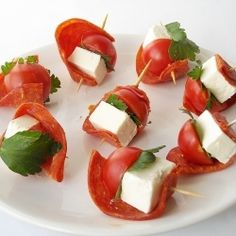 Feta cheese and cherry tomato Skewers Skewer Appetizers, Appetizers For Party, Appetizer Recipes, Canapes, Tapas, Spa Food, Pinterest Recipes, Creative Food, Finger Foods