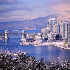 Vancouver Design Guide has just landed. Enter and discover with us all the best places you can visit in one of the most famous cities in Canada. Vancouver Skyline, Vancouver Bc Canada, Vancouver Travel, Vancouver City, Vancouver British Columbia, Vancouver Island, Vancouver Photography, City Photography, Beautiful Places To Travel