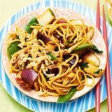 receptenvandaag thaise woknoedels met kip Macaroni Spaghetti, Asian Kitchen, Asian Recipes, Ethnic Recipes, Wok, No Cook Meals, Spicy, Good Food, Food And Drink