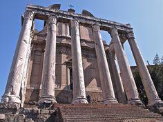 """Templo de Antonino e Faustina.   Foi feito por Antonino a súa muller morta pero cando el morreu tamén se lle adicou a el. Nel pódese ver unha inscripción: """" DIVO ANTONINO ET DIVAE FAUSTINA EX SC"""" que quere dicir , en honor do divino Antoninoe Faustina por decisión do Senado."""