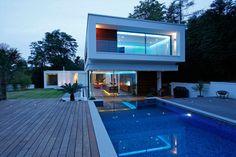 Cette magnifique maison contemporaine est située dans le Surrey, un comté du sud-est de l'Angleterre au sud de Londres. Son intérieur est lumineux et spaci