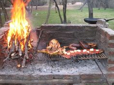 Maybe face the pit to the back of the fireplace? Asado Grill, Bbq Grill, Grilling, Fire Cooking, Outdoor Cooking, Barbecue Four A Pizza, Lechon Asado, Fire Pit Bbq, Fire Pits