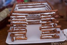 Forget the gingerbread house and make this edible pretzel log cabin instead pretzel-log-cabin-tutorial Graham Cracker Gingerbread House, Gingerbread House Parties, Gingerbread Village, Christmas Gingerbread House, Christmas Sweets, Christmas Goodies, Christmas Candy, Christmas Baking, Homemade Gingerbread House