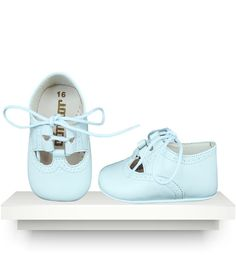 These traditional and popular pre-walkers baby boy shoes have a beautiful miniature punched detail, a lightweight leather sole and lace to tie in a bow. Baby Blue Shoes, Spanish Baby Clothes, Baby Kids, Baby Boy, Little Fashion, Twin Babies, Summer Baby, Baby Wearing, Boys Shoes