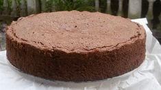 La torta noci e cioccolato è un dolce al profumo di arancia e rum facile da preparare e dal sapore intenso e deciso. Si scioglie in bocca.