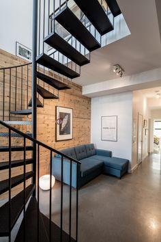 Les doubles hauteurs donnent toujours un effet grandiose. Napoleon, Condo, Stairs, Studio, Room, Design, Furniture, Home Decor, Real Estate Development