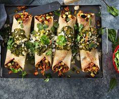 Enchiladas med kylling og spinat Enchiladas, Santa Maria, Snack Recipes, Healthy Recipes, Snacks, Tortillas, Garlic Parmesan Potatoes, Xmas Food, Tex Mex