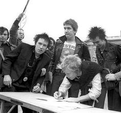 """""""On this day in punk history 1977 The Sex Pistols """"sign"""" their A&M Records contract in front of the Queen's palace. It was one of the shortest record deals in the history of the music business, lasting a mere six days. History Of Punk, God Save The Queen, Estilo Punk Rock, Johnny Rotten, Punk Rock Fashion, Lolita Fashion, Fashion Boots, Old School Music, The New Wave"""