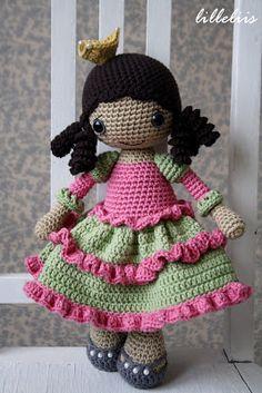 poupée avec sa robe rose et verte tout en crochet