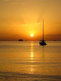 Puesta de sol sobre Ibiza                                                                                                                                                                                 Más