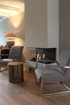Moderne inbouwhaard met aan drie zijden glas, gas gestookt | Rian Roosendaal · inspiratie voor sfeerverwarming