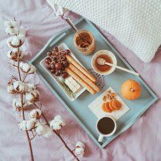 Mesela sabah evi saran kahve kokusuna uyansam ve karsimda bu tepsi olsa 😍 Benim mesajim yerine ulasti, sizde fotografin altina tagleyin ki sizin ki de ulassin 😎🍓🥑🥐 Dikkat ederseniz mutfagi batiracak, pisirilecek hic bir detay yok! Her sey basit, hemen el alti. Buna cok raziyim 😽 #zchome
