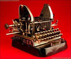 Rara Máquina de Escribir Courier de Golpeo Lateral. Austria, 1903. Austria, Vintage Antiques, Vintage Items, Writing Machine, Nerd Decor, Interior Design Books, Antique Typewriter, Harry Potter Decor, Bookshelf Styling