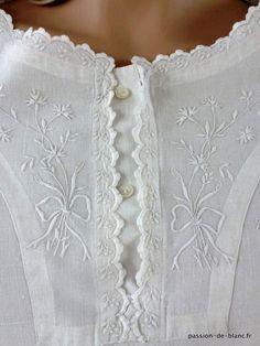 Vêtements anciens > Chemises de femme, chemisiers, jupons > LINGE ANCIEN / Merveilleuse chemise de jour avec empiècement brodé de fleurettes sur toile de lin fin - Linge ancien - Passion-de-Blanc - Textiles anciens