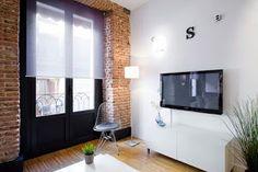 Un mini apartamento con toques en negro | Decoración Home Office, Simply Home, Apt Ideas, Studio Apartment, Decoration, Living Room Decor, Living Rooms, Brick, Sweet Home