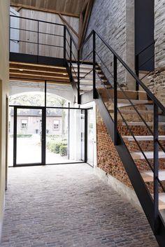 Wanneer je de plek hebt, is een open, zwevende trap een prachtige eye-catcher in huis Loft Staircase, Floating Staircase, Staircase Design, Stairs In Living Room, House Stairs, Open Trap, Open Stairs, Modern Contemporary Homes, Modern Interior