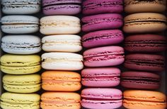 Macarons are an iconic confection created by Pierre Desfontaines in Laduree& tea salon in Paris. The French macaron has seduced the world by is elegant look and delightful flavors. Macaron Flavors, Macaron Recipe, Macaroon Wallpaper, French Macaroons, Ganache, Food Wallpaper, Tasting Menu, Philadelphia Wedding, French Pastries