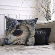 De close-up van de roofvogel maakt het ByNord Uil #Kussen een stoer item.