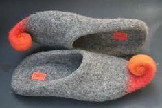 Hausschuhe aus reiner Tiroler Bergschafwolle in Grau/Orange oder Grau/Olive. Die Wolle ist in natürlichen Farbtönen und nicht durch Färben oder Bleichen überdeckt. Die Filzhausschuhen werden...