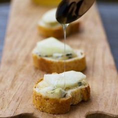 Easy and quick, but also so elegant and delicious: Pear, Honey & Blue Cheese Crostini