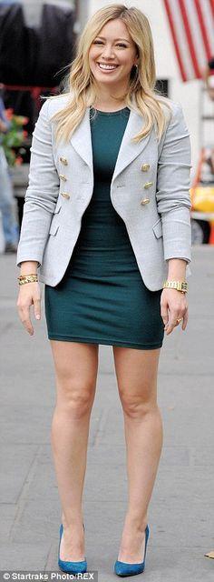 Esa sonrisa, ese vestido corto... esas piernas demasiado sexy!