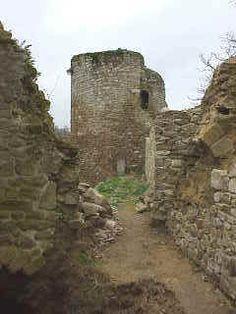 En 1168, le château est assiégé par le roi Henri II d'Angleterre et sera rasé en 1169, selon les conditions du traité de paix conclu entre le roi de France Louis VII et Henri II, roi d'Angleterre. La forteresse rebâtie par Pierre Mauclerc au XIII e siècle est celle dont on voit aujourd'hui les restes : une enceinte à peu près carrée flanquée à chaque angle de tours rondes.