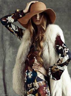 1970 Moda, 1970, moda, ropa de mujer, estilo.  Ropa suelta bohomenian vaporoso con colores orgánicos, naturales y patrones de flores, de nuevo…