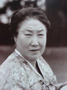 모윤숙은 1940년 2월 조선문인협회 문예대강연에 나서 '지원병들에게'와 같은 친일 문학 작품을 발표하며 비교적 젊은 나이에 임전대책협의회, 조선임전보국단, 국민의용대 등 친일단체 임원으로 활약한다.