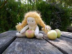 #hawthornsprite #waldorfdoll #waldorf #waldorfinspired #slowdoll #dollmaker #handmadedoll #waldorfgnome #fairy #wool #naturtable #flowerchild #naturaltoys #clothdoll  #naturalfiberdoll #gifts #celebratingkids #softtoy #steinerdoll #fabricdoll #toddlerdoll #puppe #stoffpuppe