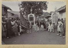 Anonymous | Optocht met een draak en vaandels tijdens Chinees Nieuwjaar op Ambon, Anonymous, c. 1900 - c. 1920 | Onderdeel van Reisalbum met foto's van Ambon.