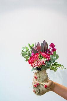 Buque de flores - Versalhes Mini arranjo na juta com variedade de flores do dia   #PollenDreams #Pollen #SãoPaulo #Brasil #Felicidade #Carinho #Amor #Casamento #Flores #Rosas #Decoracao #Arranjos #inspirations #flowersinbrazil #flowers #love #delivery #qualidade #floristas #buques #presente #gift - Flores no Brasil, Flores em São Paulo - Flowers to Brazil - @Pollenflores - www.PollenFlores.com.br