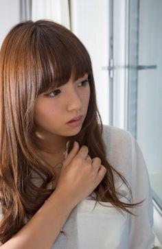 The wonderful Japanese gravure idol Ai Shinozaki, and not in her usual bikini / underwear setting.   Most appealing.  AMx