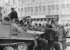 Až po několika desetiletích se někteří lidé odhodlali mluvit o utrpení, které zažili v roce 1968 ve svých rodinách, a o konkrétním průběhu tragických událostí, při nichž zahynuli jejich blízcí. Nyní příběhy obětí zpracovali autoři z Vojenského historického ústavu v publikaci Okupace 1968 a její… Prague Spring, Visit Prague, August 21, Czech Republic, Vienna, Old Photos, Austria, History, Photos