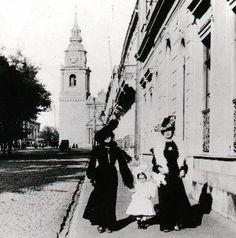 Chilenas paseando por La Alameda, al fondo iglesia de Sn Francisco Mercedes Benz, Virginia, Street View, America, Travelling, San Francisco, Vintage, Santiago, Buenos Aires Argentina