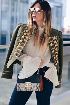 This year the military inspired jackets are essential so this preciousness of Polin et Moi could not miss in my closet. I love gals with gold details and also I have a lot of looks with those jacket: black leather pants, skirts or jeans skinny. It goes with everything! but I decided to give a romantic touch to the look with flare jeans of inspiration and booties navy denim. As a final touch Sphera new bag animal print. What do you think?