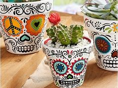 "DIY Halloween : DIY Daisy Eyes Sugar Skull DIY Halloween Décor (haha - I love they call this ""Halloween décor - for me, it's just décor) (Cool Crafts For Halloween) Diy Halloween, Halloween Decorations, Mexican Decorations, Halloween Tutorial, Halloween Season, Wedding Decorations, Painted Flower Pots, Painted Pots, Painted Pebbles"
