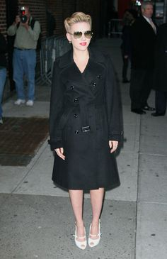 b7fdb1030d08 Scarlette Johansson wearing a Burberry trench coat Burberry Outfit