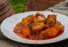 Πατάτες γιαχνί με κανέλα, δάφνη και ξερή ρίγανη από τον Πατέρα Επιφάνιο Sweet Potato, Curry, Meat, Chicken, Vegetables, Ethnic Recipes, Food, Curries, Veggies