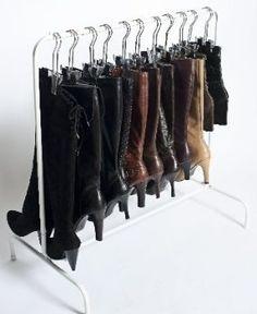 As botas de cano alto devem ser guardadas com o cano reto para que não sejam deformados. Pendurá-las no cabide é uma boa solução ou você pode utilizar garrafas pet e revistas enroladas para mantê-los em pé.