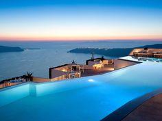 """""""Grace Santorini ist ein exklusives Boutique-Hotel in Santorini, Griechenland, über dem weltberühmten Caldera mit atemberaubender Aussicht und prächtigen Sonnenuntergängen. Das..."""
