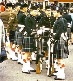 Queens Own Highlanders, Edinburgh 1970 Commonwealth Games British Army Uniform, British Soldier, Mackenzie Tartan, Scotland Culture, Khaki Jacket, Highland Games, Men In Kilts, Highlanders, Military History
