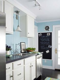 Картинки по запросу белая кухня с меловой доской