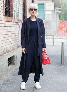 Look street style total black com sobretudo de Linda Tol