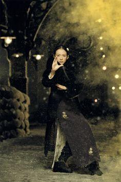 Zhang Ziyi as Gong Er (film still from The Grandmaster Kung Fu Martial Arts, Martial Arts Movies, Hawke Dragon Age, Zhang Ziyi, Ip Man, The Grandmaster, Poses, Cheongsam, Song Hye Kyo