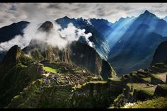 Este es Machu Pichu, en Peru. Las personas que viven aquí son peruanos.