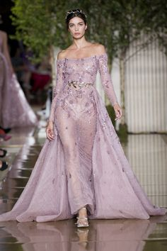Zuhair Murad Autumn/Winter 2017 Haute Couture - Look 38 Zuhair Murad, Petite Dresses, Elegant Dresses, Nice Dresses, Women's Runway Fashion, Couture Fashion, Women's Fashion, Red Lace Prom Dress, Haute Couture Looks
