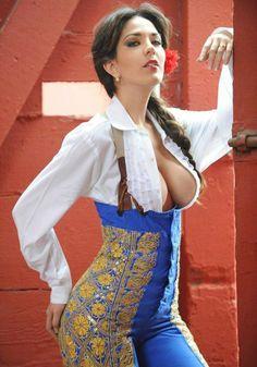 Silvia Cornejo reina de belleza modelo posa vestida de torera sexy