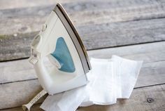 Clean your iron with dryer sheets. Turn your iron on the lowest heat setting and let it warm up. Then lay a dryer sheet out flat on your ironing board and gently rub the iron over it. The dryer sheet will capture the gunk and leave your iron clean. Diy Cleaning Products, Cleaning Solutions, Cleaning Hacks, Dryer Sheet Hacks, Uses For Dryer Sheets, Mesh Laundry Bags, Laundry Hacks, How To Clean Iron, Home Hacks