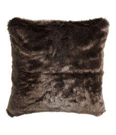 Kissenhülle aus Fellimitat mit Rückseite aus Baumwollstoff. Verdeckter Reißverschluss.